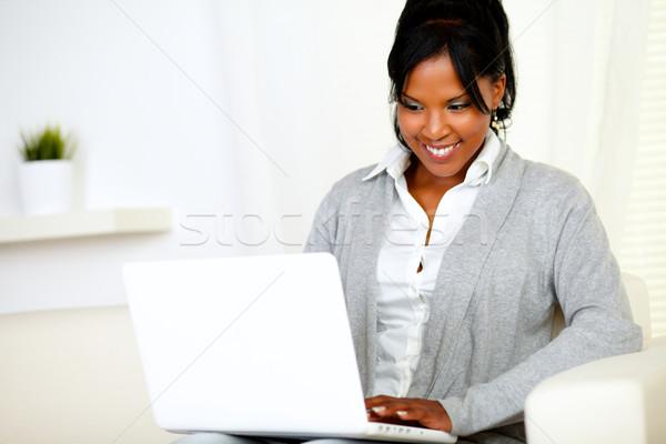 Stockfoto: Glimlachend · jonge · vrouw · met · behulp · van · laptop · portret · vergadering · sofa