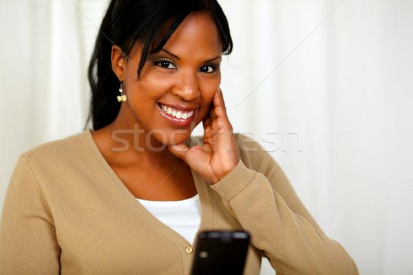 Сток-фото: улыбающаяся · женщина · глядя · сообщение · портрет