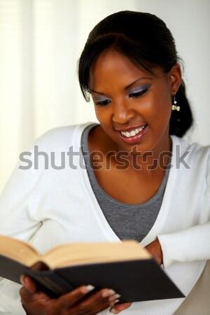 Bájos afroamerikai nő küldés üzenet mobiltelefon portré Stock fotó © pablocalvog