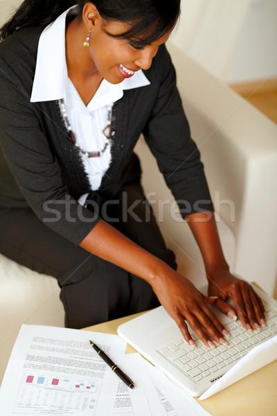Atrakcyjny kobieta interesu pracy laptop górę widoku Zdjęcia stock © pablocalvog