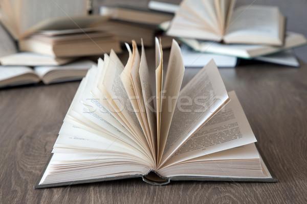 Livres bois pont livre mur design Photo stock © Pakhnyushchyy