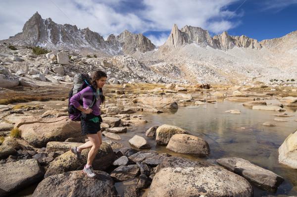 Montagna donna zaino in spalla Nevada montagna caduta Foto d'archivio © pancaketom