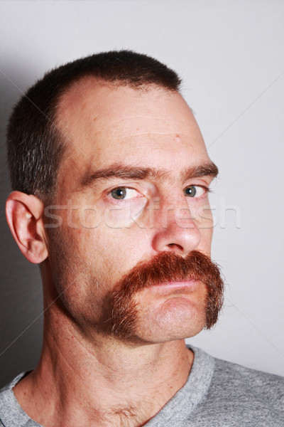Foto stock: Homem · bigode · retrato · grande · cinza · tshirt