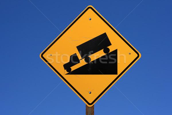 Stromy znak drogowy ciężarówka jazdy w dół czarny Zdjęcia stock © pancaketom