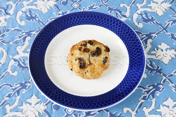 Mazsola teasütemény tányér pirított izolált kék Stock fotó © pancaketom