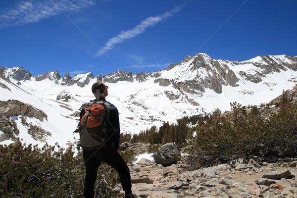 Zaino in spalla montagna indietro lato maschio guardando Foto d'archivio © pancaketom