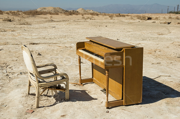 заброшенный фортепиано старые сломанной Председатель пустыне Сток-фото © pancaketom