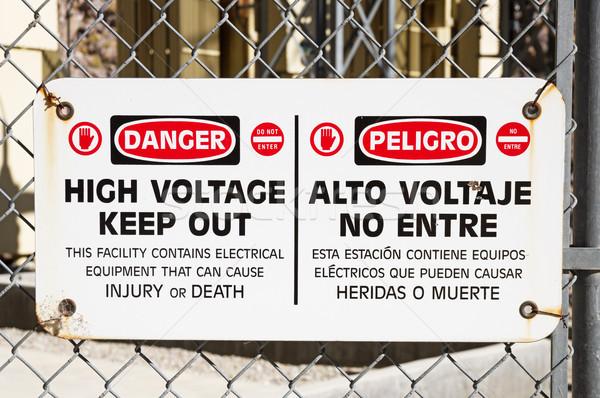 Veszély nagyfeszültség felirat ki lánc láncszem Stock fotó © pancaketom