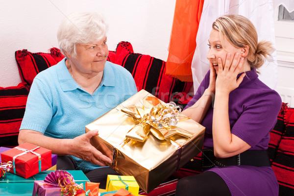 Starszy dar młodych pretty woman kobiet obecnej Zdjęcia stock © Pasiphae