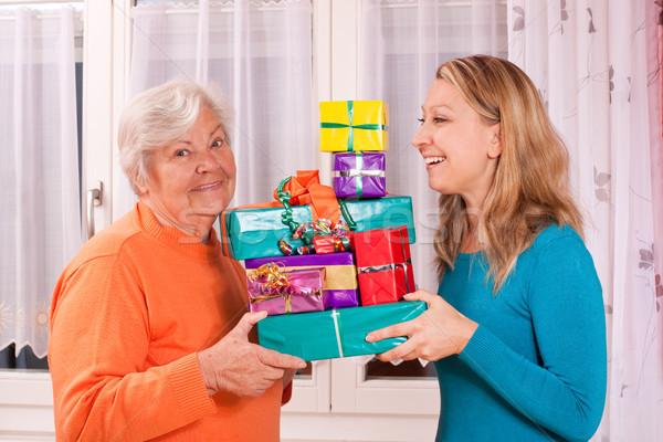 Vieux jeune femme cadeaux supérieurs jeunes Photo stock © Pasiphae