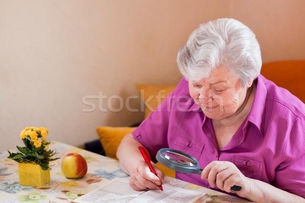 Starszy pomoc lupą kobieta zaskoczony uśmiech Zdjęcia stock © Pasiphae