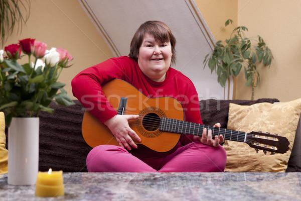 инвалидов женщину играет гитаре диване домой Сток-фото © Pasiphae