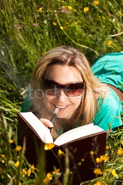 молодые женщину электрических сигарету чтение Сток-фото © Pasiphae