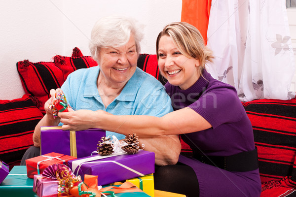 Feminino senior mulher jovem presentes velho feliz Foto stock © Pasiphae