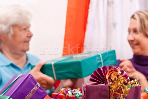 Senior mulheres jovens dar presentes outro feminino Foto stock © Pasiphae