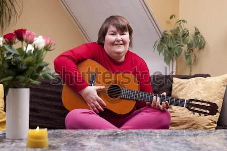 Stockfoto: Gehandicapten · vrouw · gitaar · gelukkig · bloem