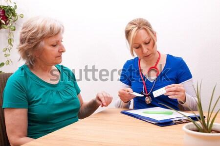 Enfermeira senior pressão arterial jovem mulher médico Foto stock © Pasiphae