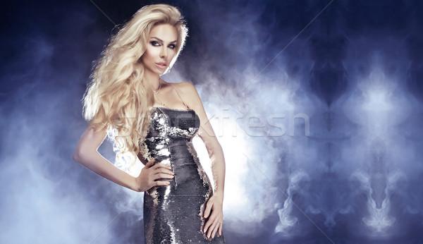 Divatos szőke nő káprázatos modell pózol ezüst Stock fotó © PawelSierakowski
