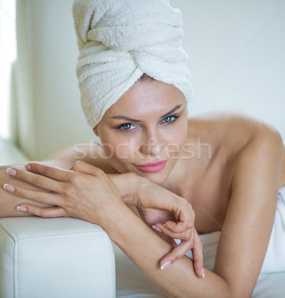 Naturalnych młoda kobieta portret biały ręcznik głowie Zdjęcia stock © PawelSierakowski