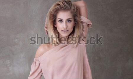 Szczęśliwy uśmiechnięty piękna młodych stwarzające Zdjęcia stock © PawelSierakowski