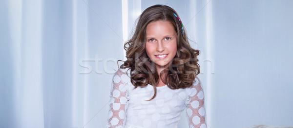 Uśmiechnięty portret młodych piękna patrząc Zdjęcia stock © PawelSierakowski
