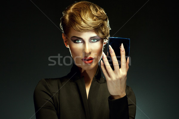 Portret piękna kobieta zdumiewający uzupełnić patrząc lustra Zdjęcia stock © PawelSierakowski