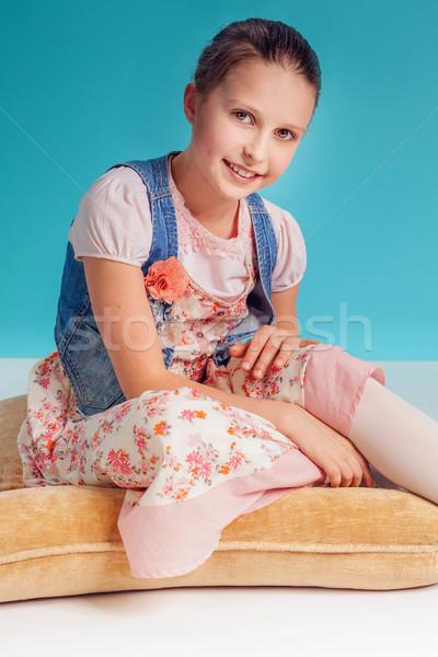 Dość młoda dziewczyna uśmiechnięty młodych dziewczyna stwarzające Zdjęcia stock © PawelSierakowski