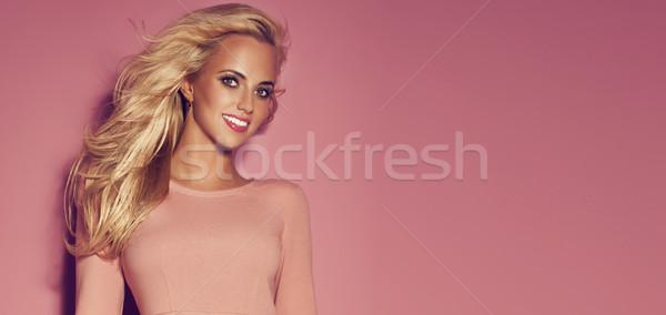 Uśmiechnięty romantyczny młodych piękna stwarzające Zdjęcia stock © PawelSierakowski