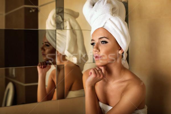 Kobieta biały ręcznik głowie relaks łazienka Zdjęcia stock © PawelSierakowski