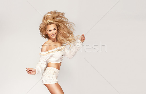 Danse heureux femme blonde regarder caméra mode Photo stock © PawelSierakowski