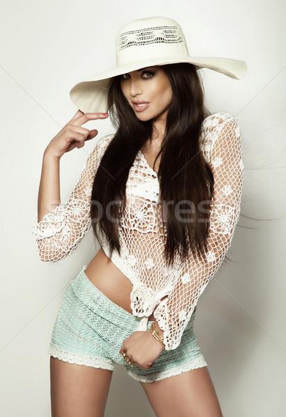 Piękna lata dziewczyna stwarzające biały hat Zdjęcia stock © PawelSierakowski