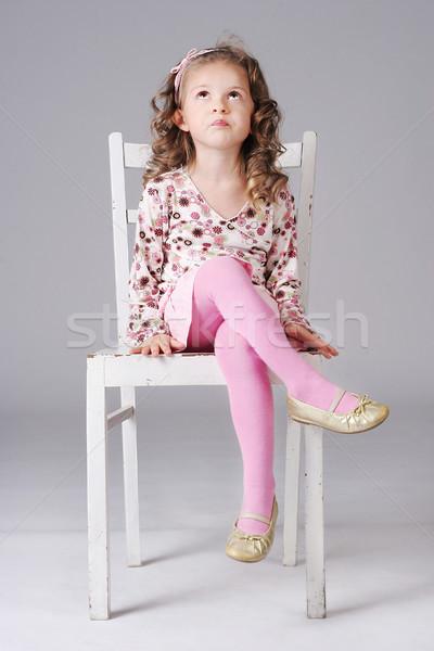 Słodkie dziewczynka posiedzenia biały krzesło Zdjęcia stock © PawelSierakowski