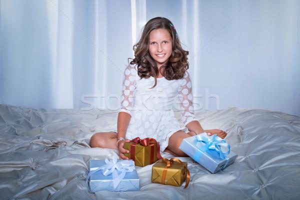 Stwarzające prezenty młodych piękna christmas Zdjęcia stock © PawelSierakowski