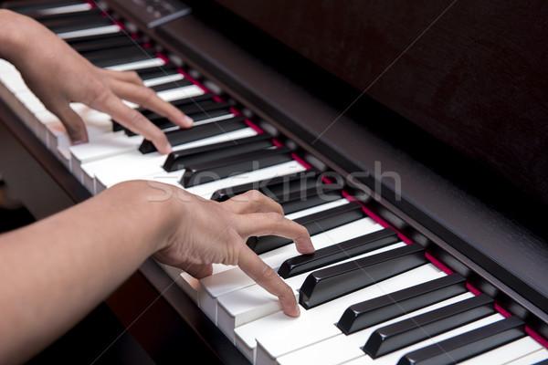 Zongora billentyűk gyengéd kezek játszik koncert háttér Stock fotó © pazham