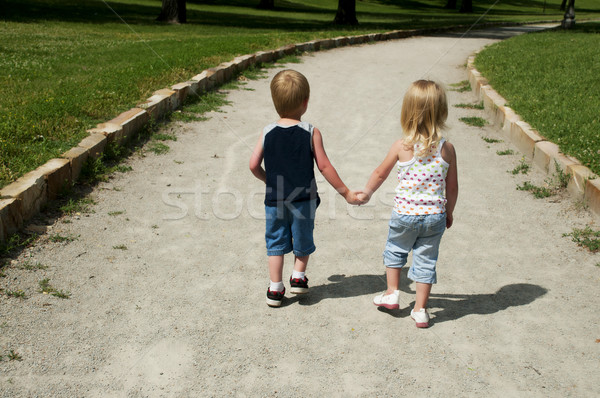 Photo stock: Deux · jeunes · enfants · mains · tenant · marche