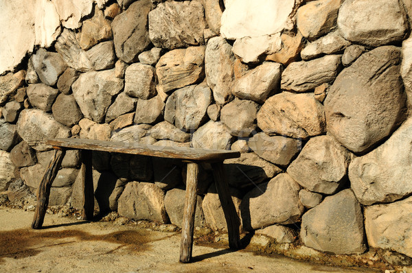 Bank ahşap eski ahşap yukarı kaya duvar Stok fotoğraf © pdimages
