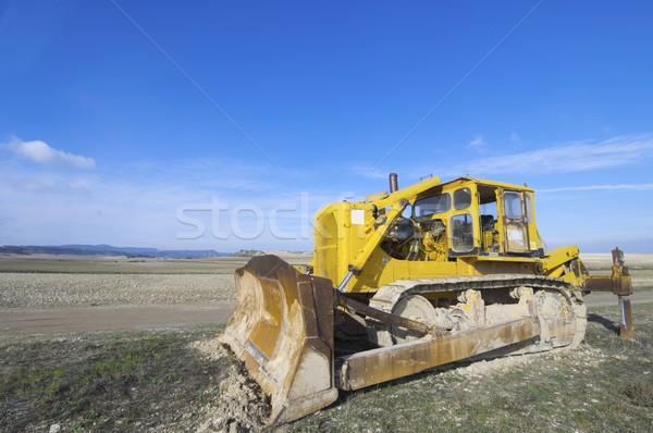 Escavadeira amarelo campo blue sky tecnologia terra Foto stock © pedrosala
