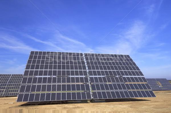 Photovoltaïque panneau énorme ciel bleu nature technologie Photo stock © pedrosala