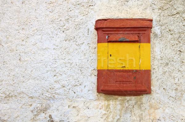 Eski posta kutusu görmek boyalı bayrak duvar Stok fotoğraf © pedrosala