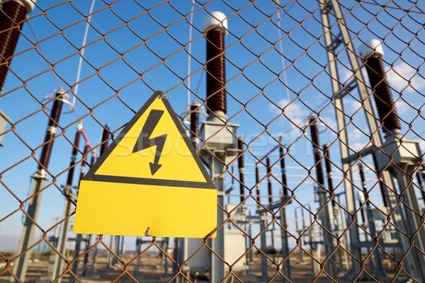 Hazard elektryczne podpisania metal ogrodzenia Zdjęcia stock © pedrosala
