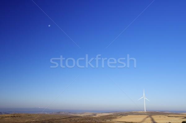 Moinho de vento moderno eletricidade produção lua sem nuvens Foto stock © pedrosala