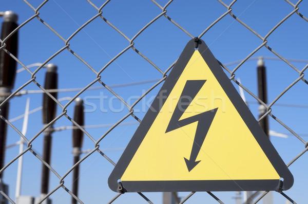 Elektryczne hazard podpisania metal ogrodzenia działalności Zdjęcia stock © pedrosala