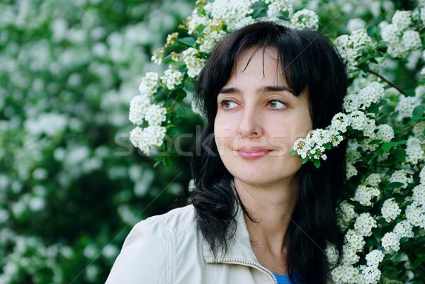 Güzel bir kadın çiçek çiçekler yatay portre bakıyor Stok fotoğraf © pekour