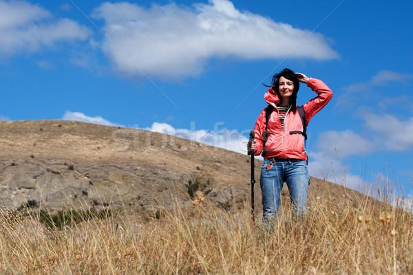 Stok fotoğraf: Turist · kadın · dağlar · bulutlu · gökyüzü · seyahat