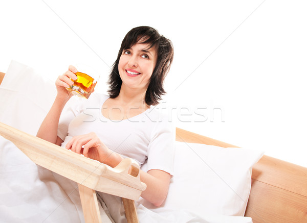 Foto stock: Feliz · mulher · cama · suco · de · maçã · isolado · branco