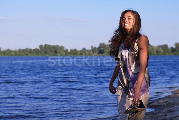 Сток-фото: счастливым · босиком · девушки · пляж · работает · вечер
