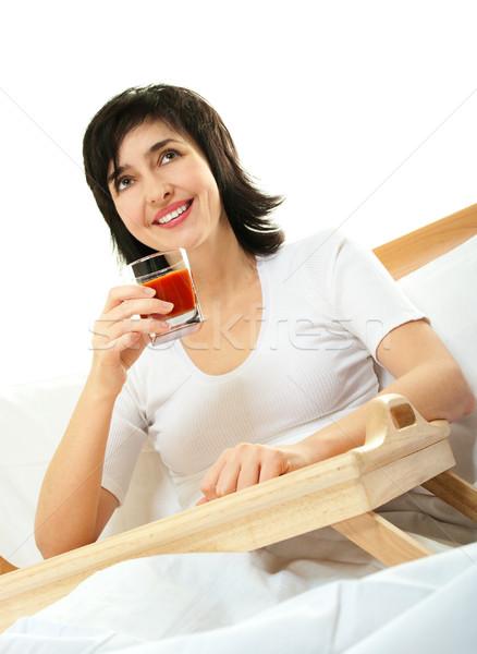 Foto stock: Feliz · mulher · cama · suco · de · tomate · isolado · branco