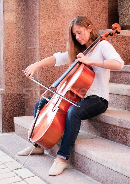 Kadın oynama viyolonsel merdiven açık havada sokak Stok fotoğraf © pekour