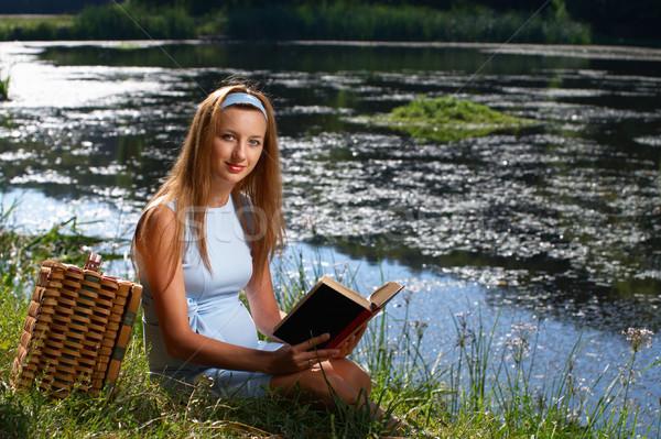 Mulher leitura livro rio mulher grávida ao ar livre Foto stock © pekour