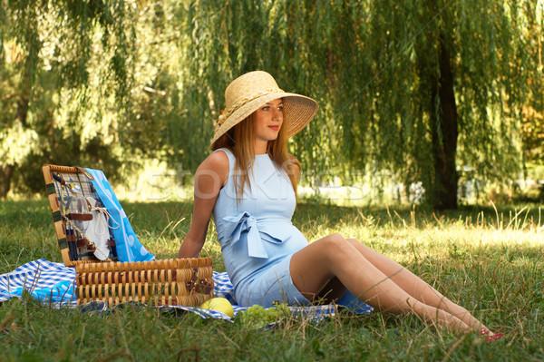 Mulher grávida sessão prado chapéu de palha azul vestir Foto stock © pekour